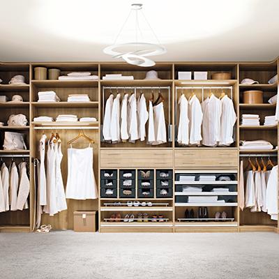 Begehbarer Kleiderschrank warmes Holz Mainaschaff